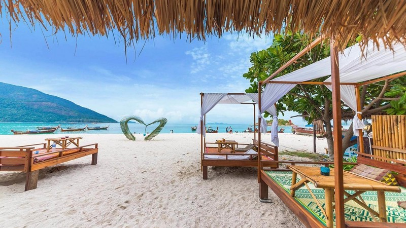 Wanderlust Tips Magazine | Honeymoon Booking a tour vs. travelling independently
