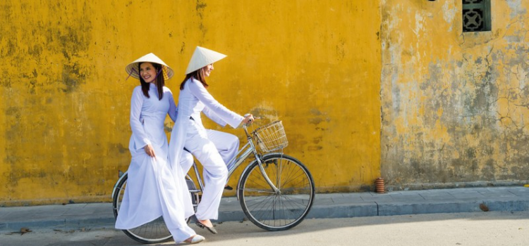 Tailoring Ao dai in Hue, go to Hoi An for shoes making